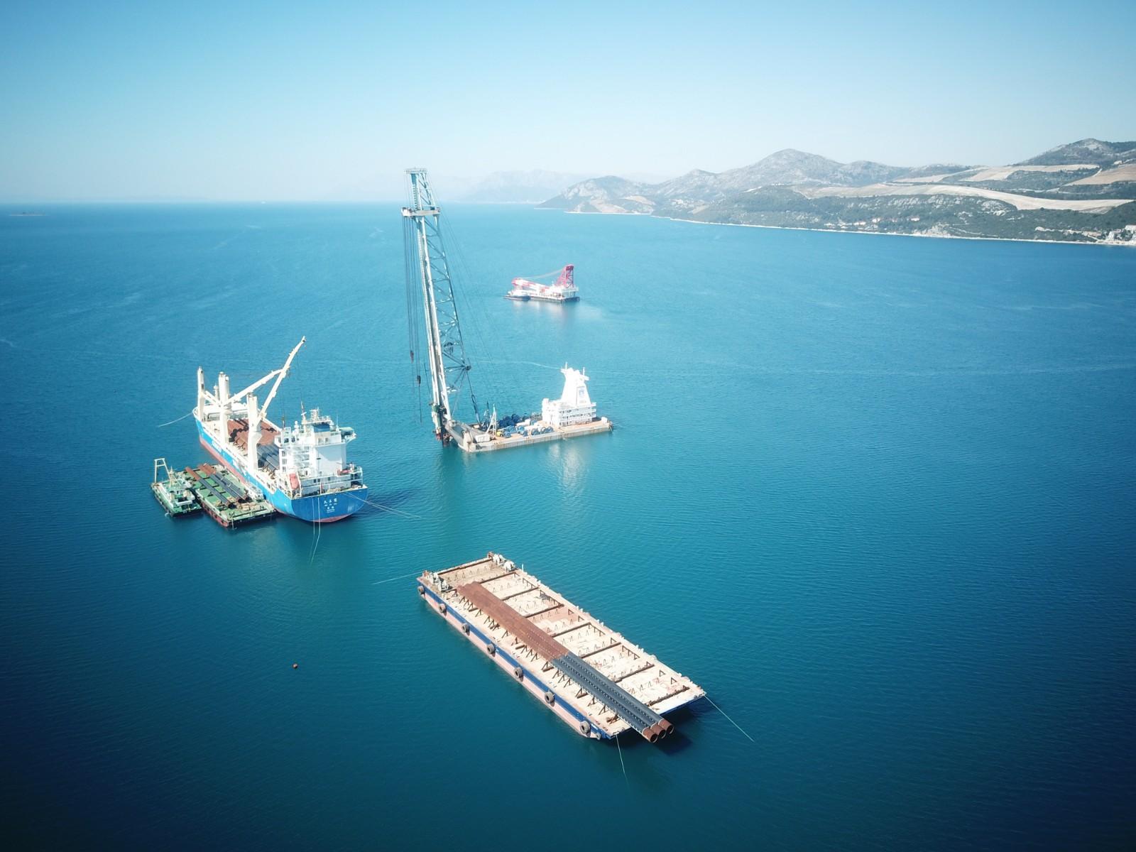 这是2019年3月22日航拍的克罗地亚佩列沙茨跨海大桥施工现场。今年1月,克罗地亚总理普连科维奇视察由中企承建的该项目工地时,对中国企业的施工进度表示赞赏,并指出佩列沙茨大桥意义重大,体现克中两国良好合作关系。
