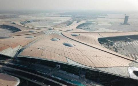 """【新中国的""""第一""""·70年】首个跨行政区域国际航空枢纽:北京大兴国际机场——如凤展翅 蓄势腾飞"""
