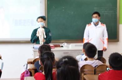 抗疫夫妻走进儿子班级讲课